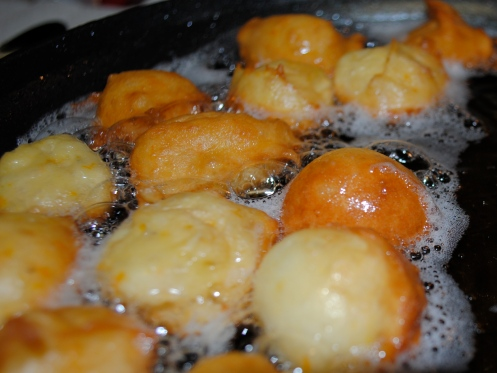 Buñuelos frying